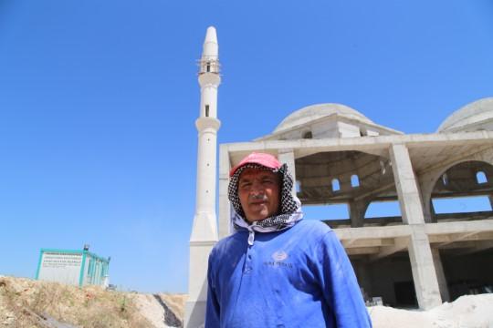 Ekmeğini, üst üste dizip minareler yaptığı taştan çıkarıyor