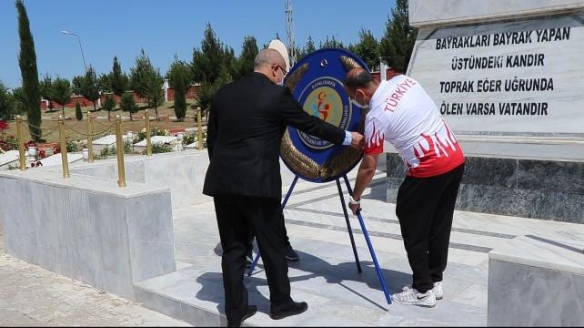 Gençlik Haftasında şehitlik anıtına çelenk bırakıldı