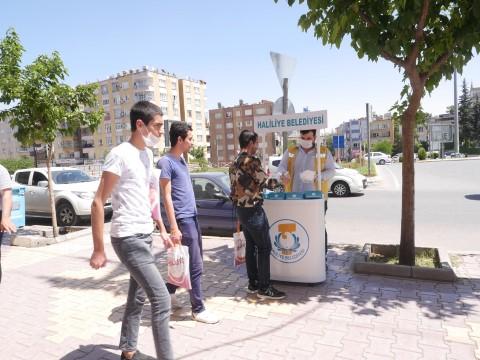 Vatandaşlara ücretsiz maske dağıtımı sürüyor (Videolu Haber)