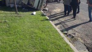 Biçerdöver saman yüklü kamyona çarpıp devirdi