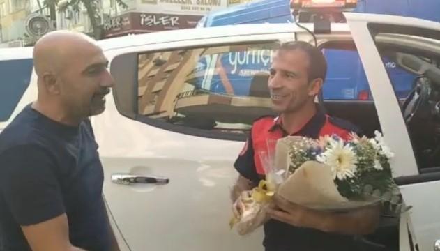 Yangına çağrılan itfaiye ekibine çiçek ve alkışlı karşılama (Videolu Haber)