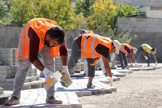 Karaköprü kırsalında kilitli parke çalışmaları sürüyor