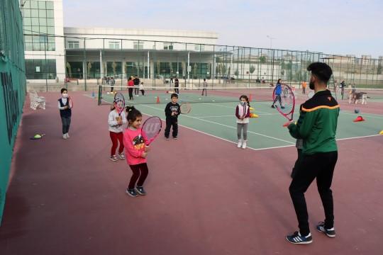 Büyükşehir belediyesi ile geleceğin tenis şampiyonları yetişiyor (Videolu Haber)