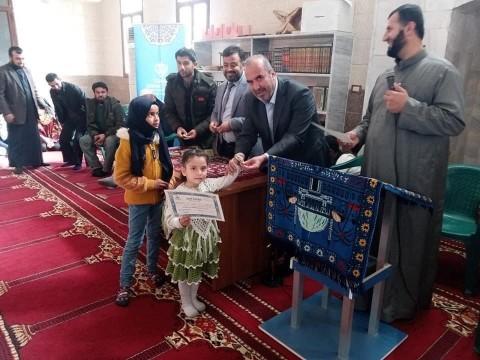 Çocuklara Kur'an-ı Kerim eğitimi veriyor
