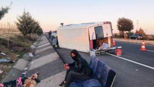 Tarım işçilerini taşıyan minibüs devrildi: 12 yaralı (Videolu Haber)