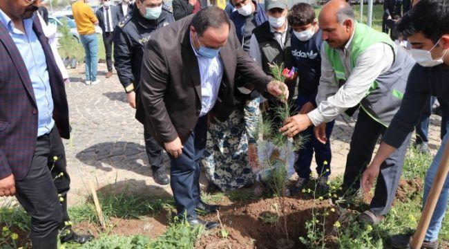 Ekinci, polislerle beraber ağaç dikti