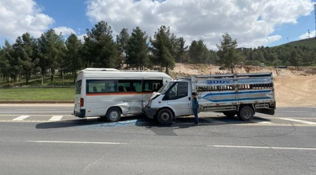 Kamyonet ile minibüs çarpıştı: 2 yaralı