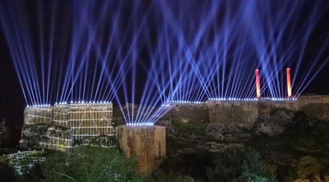 Kurtuluş Temalı Işık Ve Lazer Gösterisi Tarihi Urfa Kalesine Yansıtıldı (video)