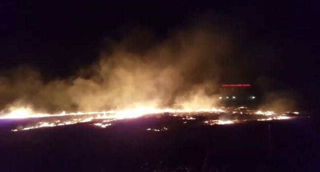 Anız yangını yerleşim alanına ulaşmadan söndürüldü ( Video Haber )