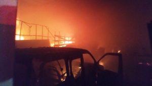 İşyerindeki yangından bir otomobil ile binlerce lira değerindeki mobilya malzemesi kül oldu ( Video Haber )