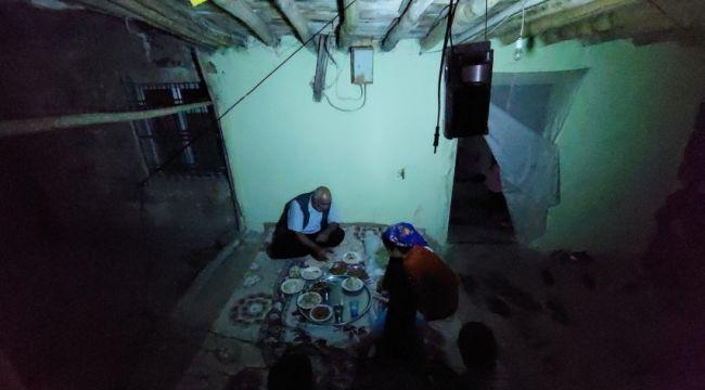 Elektriklerin 4 saat kesildiği köyde seyyar lambanın ışığında yemek yiyorlar