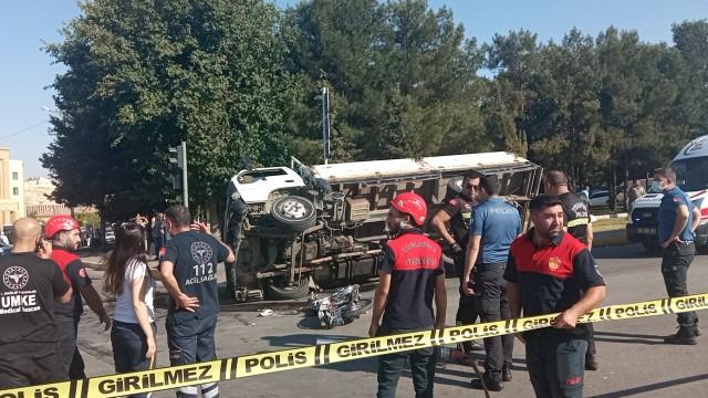 Meşrubat kamyoneti motosikletli çifte çarptı: 1 ölü, 2 yaralı ( Video Haber )