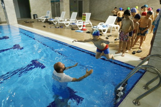 Şanlıurfalı çocuklar hem serinliyor hem de yüzme öğreniyor ( Video Haber )