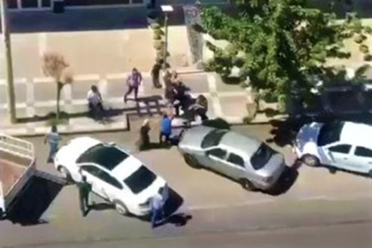 Şanlıurfa'da iki grubun tekme, tokat ve sopalı kavgası kamerada ( Video Haber )